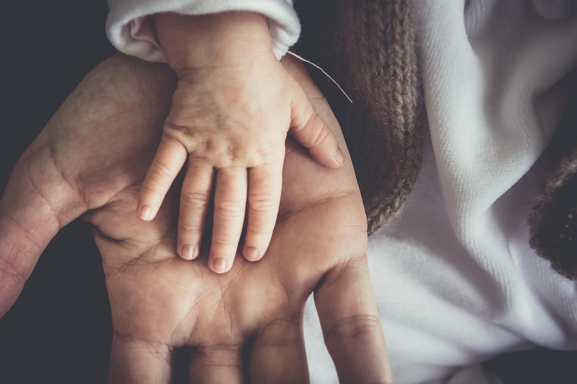 El padre no puede renunciar a la patria potestad sobre su hija como excusa para eludir el cumplimiento de sus obligaciones