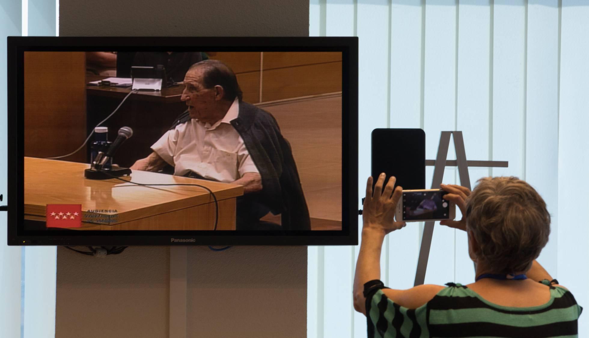 Los jueces absuelven por prescripción al doctor acusado del 'caso de los bebés robados'