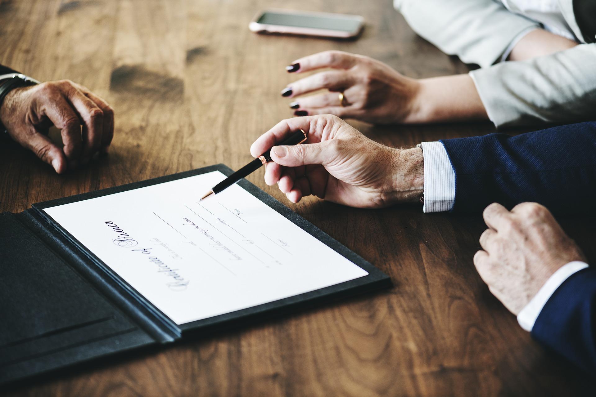 La resistencia de la esposa a liquidar el patrimonio común tras el divorcio, se considera un cambio de las circunstancias y justifica el desalojo de la vivienda